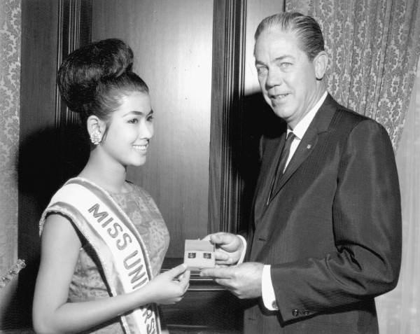 1965_Miss-Universe_Apasra-Hongsakula.jpg