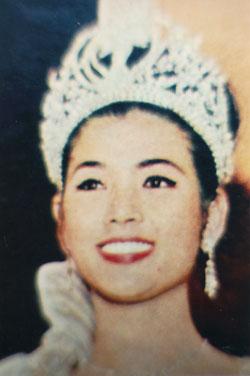 1965_Miss-Universe_Apasra-Hongsakula_1.jpg