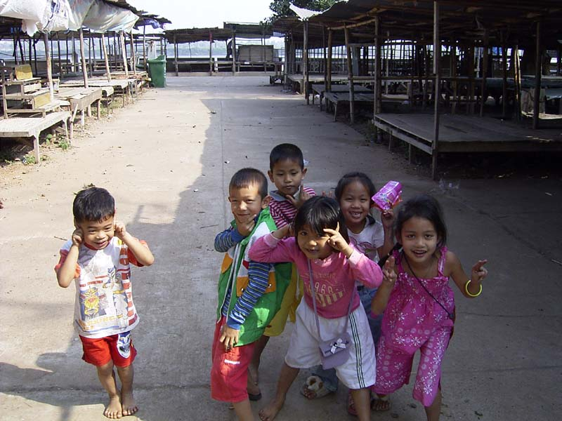 Children at lao market that phanom.JPG